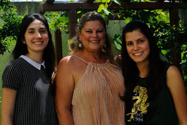 Silvana Ruiz, na foto ladeada por Marjori Ruiz Costa e Victória Ruiz, comemorou idade nova reunindo os familiares e amigos em sua morada na Vila Oliveira. (Foto: Elton Ishikawa)