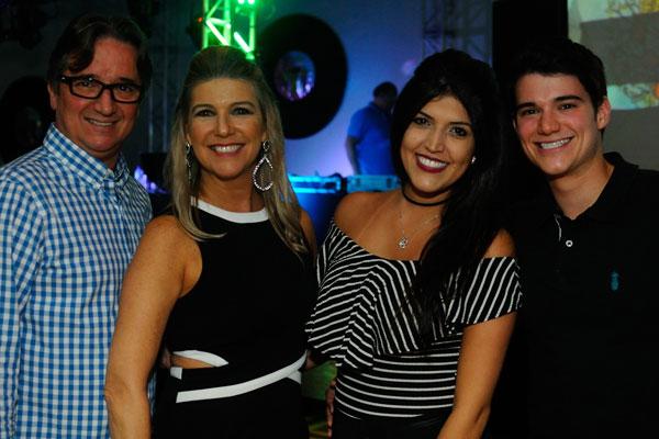 """André e Cidinha Menichelli, na boa companhia de Heloisa Moutinho e Leo Menichelli, a frente de mais uma edição """"Os Embalos do Passado II"""". (foto: Elton Ishikawa)"""